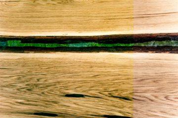 Decorazione in legno in un tavolo in vetro di resina epossidica