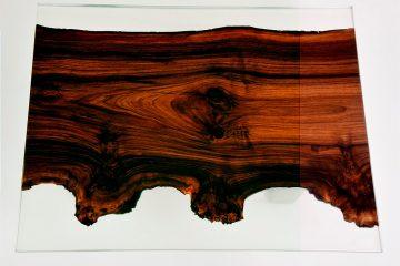 Legno incastonato in un tavolo in vetro di resina