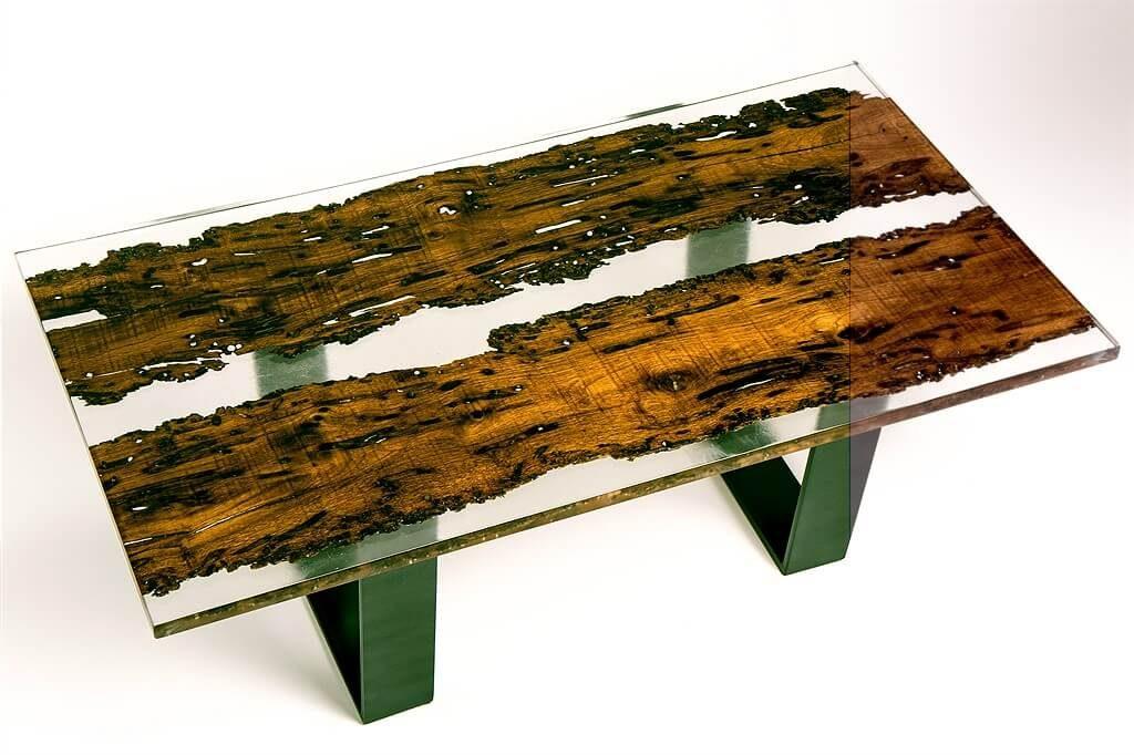 Tavolo personalizzato realizzato in vetro di resina con decorazioni in legno