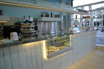 Bancone di un bar pasticceria realizzato in resina epossidica