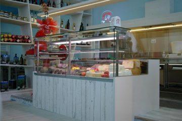 Banco salumi di un macellaio realizzato in resina epossidica