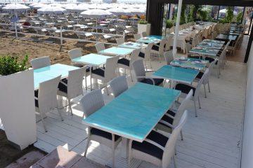 Tavoli in vetro di resina presso il ristorante Azzurra di Riccione
